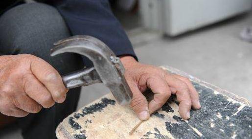 七旬大爷制作共享板凳,共享经济灵活用工是什么意思?